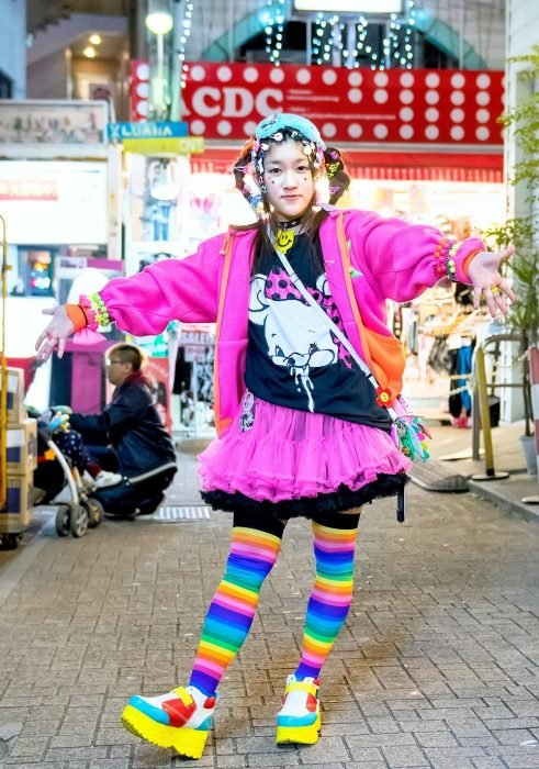 Moda japonesa harajuku; mujer con ropa colorida, accesorios de cabello y calcetas de colores del arcoiris