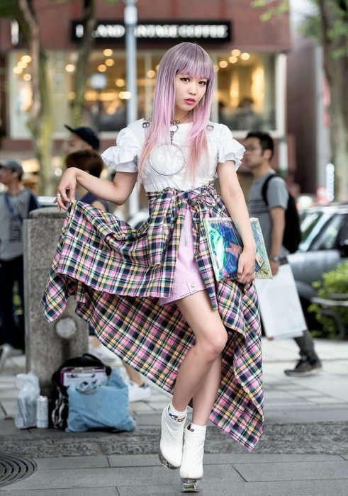 Moda japonesa harajuku; chica de cabello largo, con fleco de color rosa