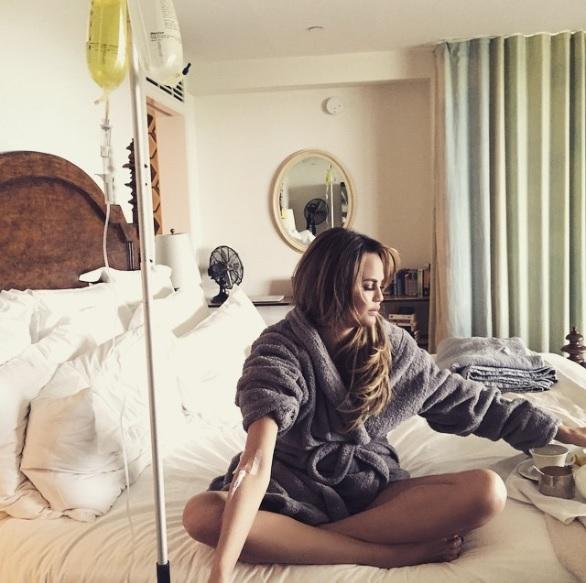 Chrissy Teigen recibiendo tratamiento de vitamina IV en su cama
