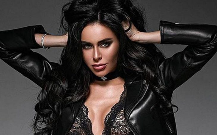 Janna Rasskazova modelando vestida de negro con chaqueta de piel