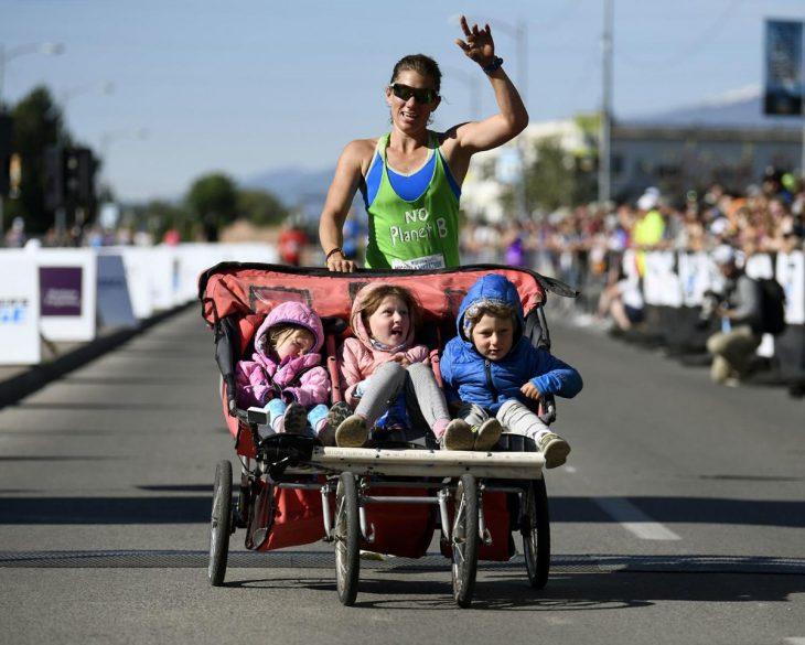 Cynthia Arnold concluyendo el maratón de Mossula con sus tres hijos en la carriola