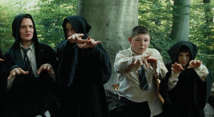 Draco Malfoy y sus amigos molestando a Harry Potter