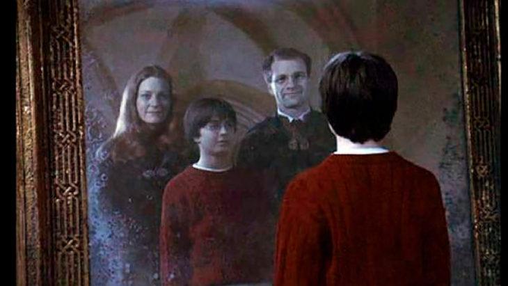 Harry mirando a sus padres frente al espejo de Oesed