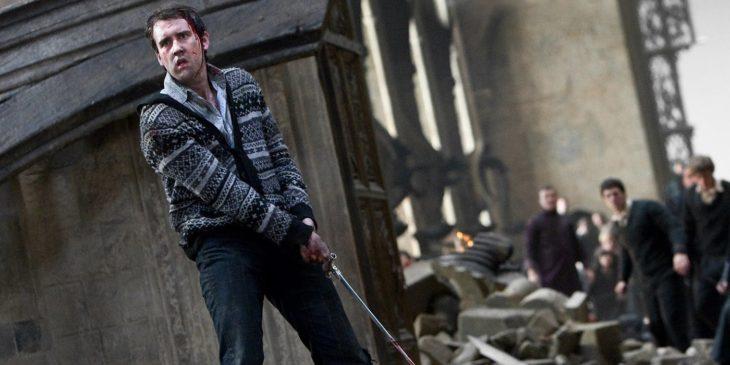 Neville Longbotton sosteniendo la espada de Griffyndor