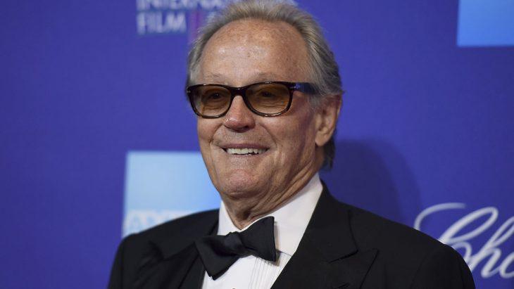 Peter Fonda con lentes en una gala