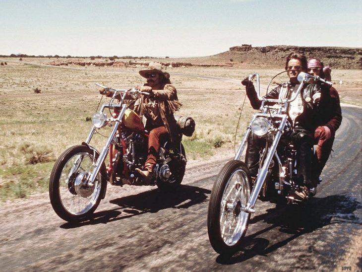 escena de Easy Rider, motos en un camino