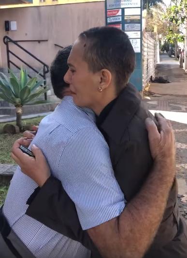 Margarete Mormul y Célio Pereira se abrazan