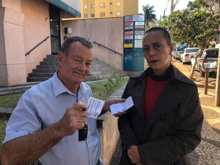 Margarete Mormul y Célio Pereira en la entrega de la rifa del vehículo que hizo para pagar su cirugía