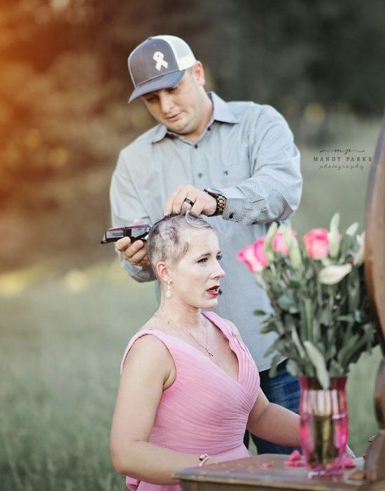 Charlie cortando el cabello de Kelsey Johnson con una maquina de cortar cabello