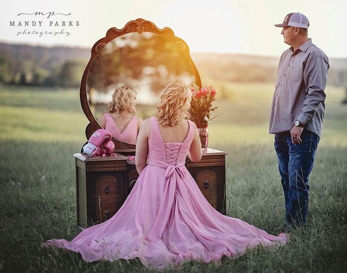 Charlie y Kelsey Johnson frente al espej de un tocador en una prado