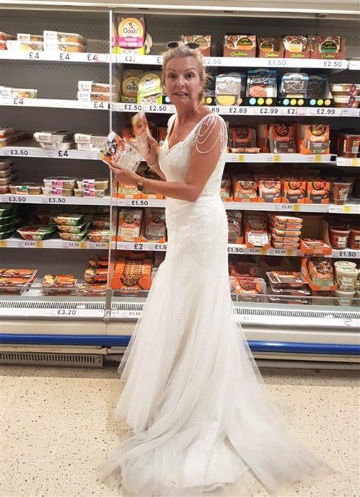 Mujer que usó su vestido de novia todos los días después de la boda