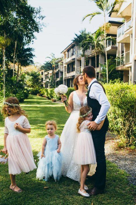 Joanna Minuzzo dejó que su hijo usara un vestido azul el día de su boda; esposos vestidos de gala junto a sus hijos
