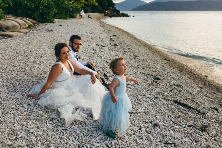 Joanna Minuzzo dejó que su hijo usara vestido azul el día de su boda; esposos e hijo en la playa junto al mar