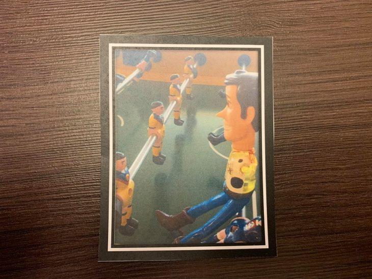 Fotografía sobre una mesa de madre con Woody jugando futbolito