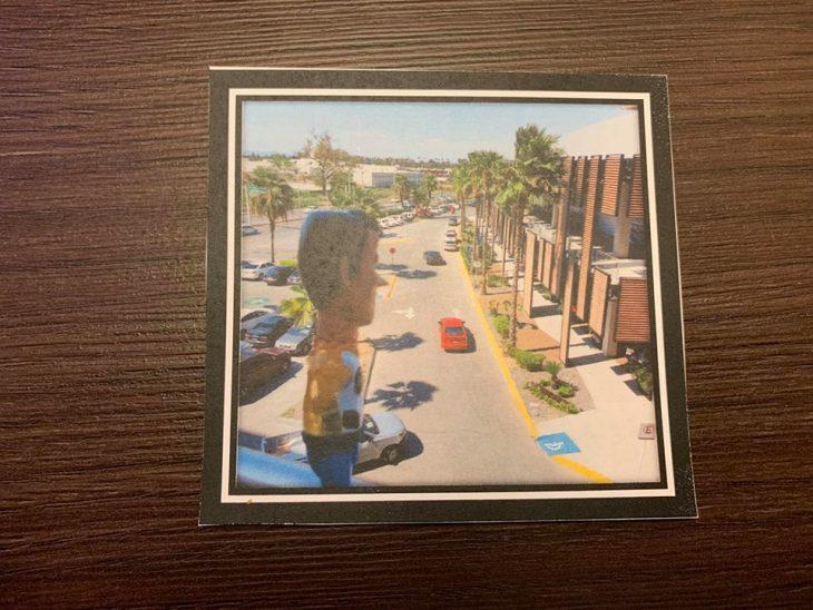 Fotografía sobre una mesa de madre con Woody mirando el tráfico desde una ventana