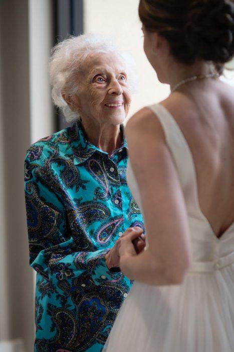 Tara Foley viajó con su vestido de novia para que su abuela pudiera verla antes de casarse