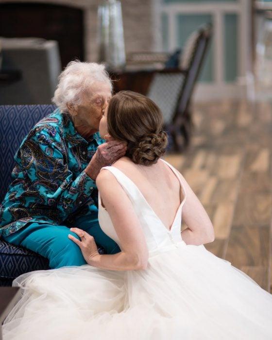 Tara Foley viajo con su vestido de novia para que su abuela pudiera verla antes de casarse