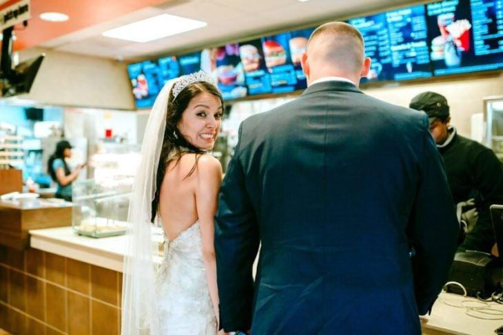 Angel Korotnayi y Toledo recién casados frente a un aparador de Mc Donald's