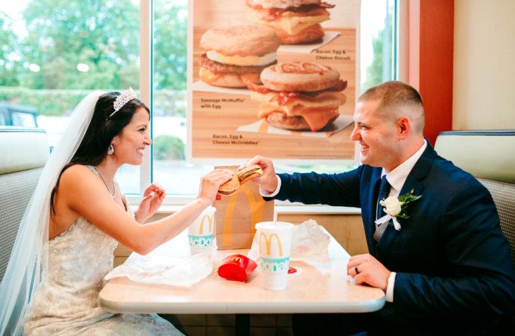Angel Korotnayi y Toledo recién casados comiendo hamburguesas en Mc Donald's