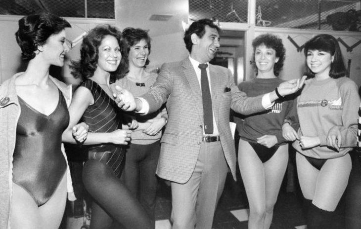 foto antigua de Plácido Domingo con varias jóvenes en leotardo y mallas