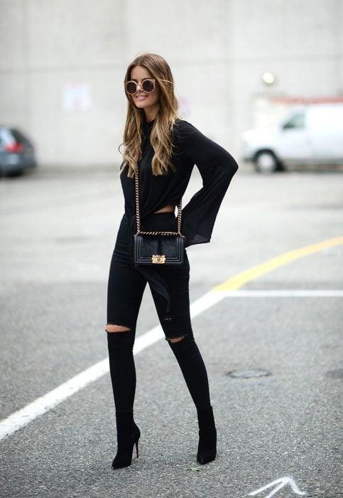 Chica usando un conjunto de color negro