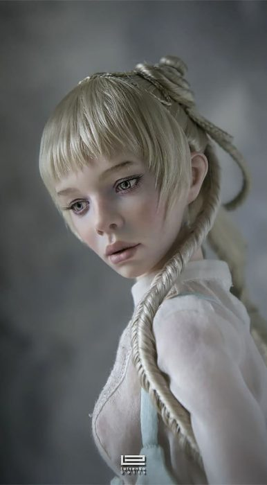 Muñeca hiperrealista con trenzas largas y cabello rubio platinado creada porAnastasiya y Sergey Lutsenko