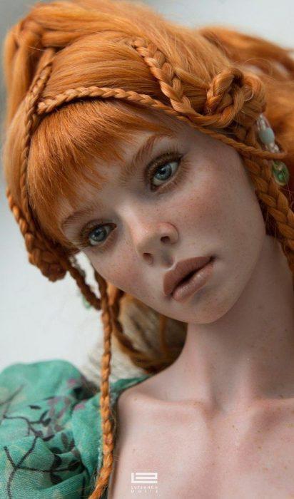 Muñeca hiperrealista con trenzas largas y cabello rojizo Anastasiya y Sergey Lutsenko
