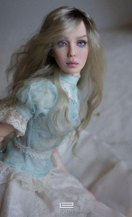Muñeca hiperrealista con vestido azul menta Anastasiya y Sergey Lutsenko
