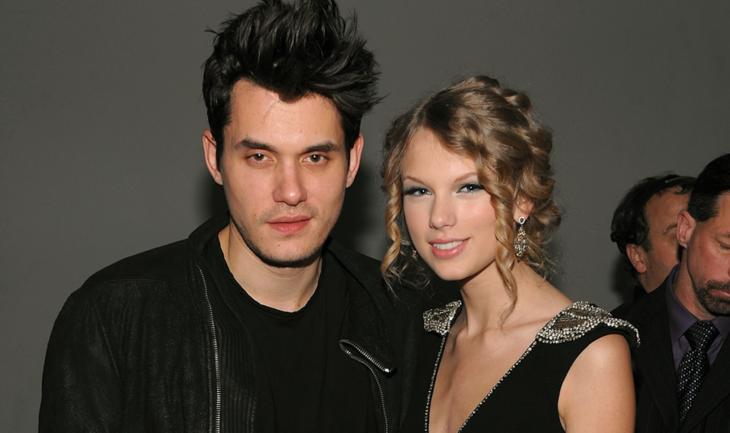 John Mayer y Taylor Swift abrazados y posando para una foto