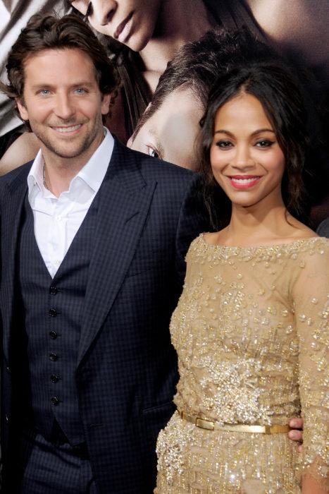 Bradley Cooper y Zoe Saldana posando para una fotografía