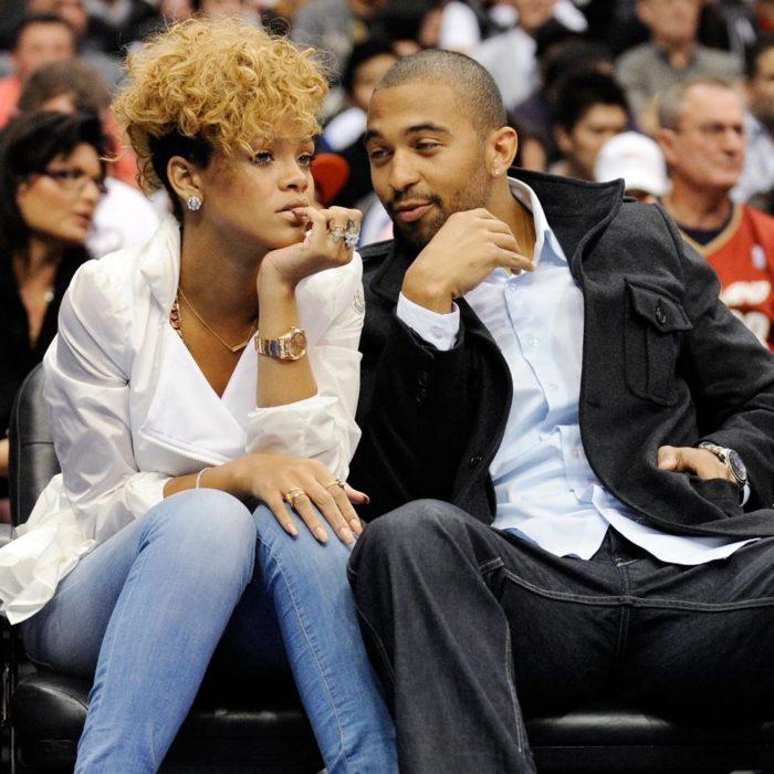 Rihanna y Matt Kemp viendo un partido de basquetbol en Los Ángeles