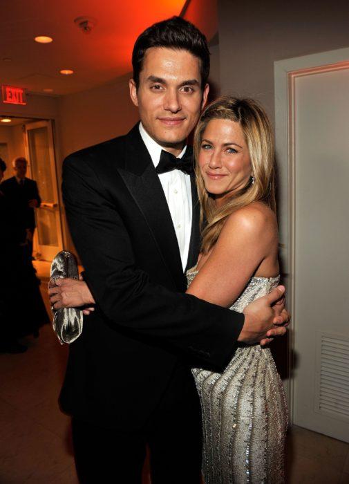 John Mayer y Jennifer Aniston posando juntos para una foto después de los globos de oro