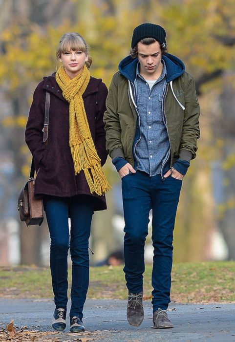 Taylor Swift y Harry Styles caminando por la calle