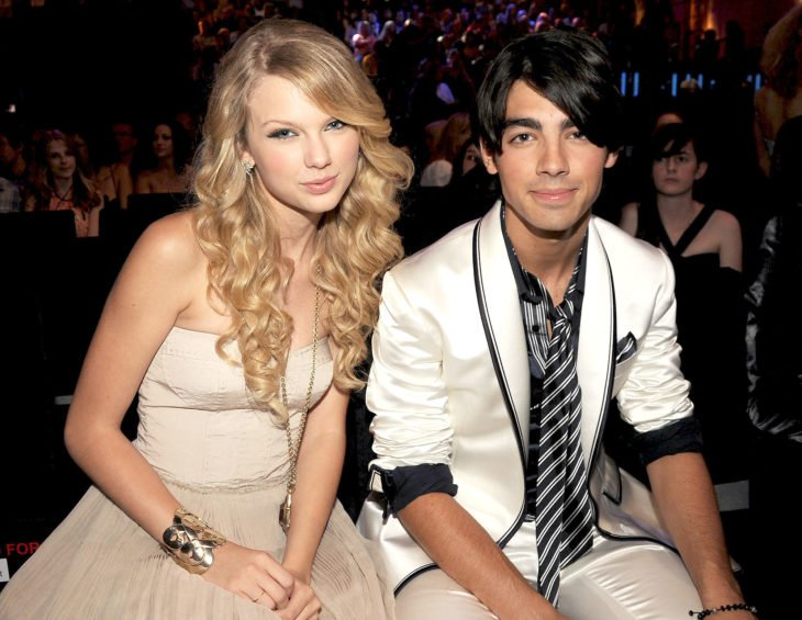Taylor Swift y Joe Jonas durante los premios MTV