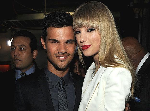 Taylor Lautner y Taylor Swift abrazados durante una alfombra roja