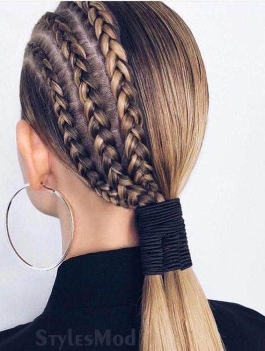 Chica con tres trenzas de un lado, cabello lacio y una coleta baja