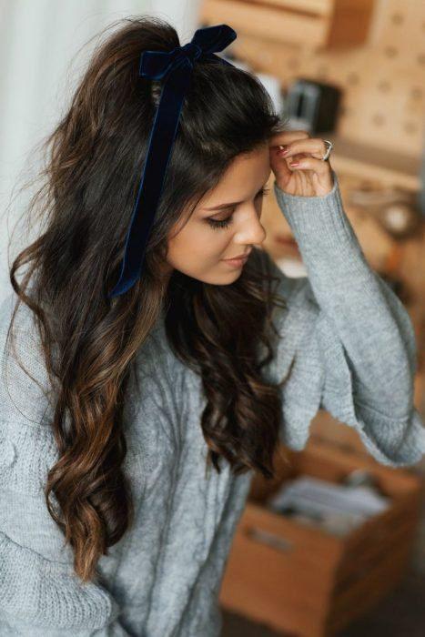 Chica con peinado de media coleta alta y ondas