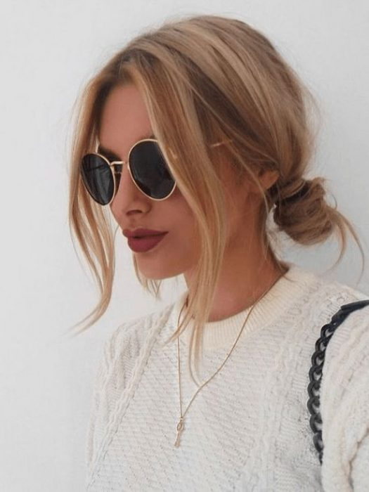 Chica de perfil mostrando su peinado con buns bajos y despeinados