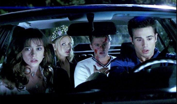Grupo de chicos viajando en un automóvil, escena de la película Sé lo que hicieron el verano pasado