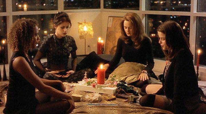 Grupo de chicas reunidas en una sesión espiritista, escena de la película Jóvenes brujas