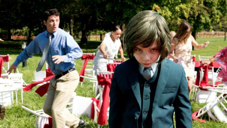 Niño molesto en el jardín de su casa, escena d ela película Pequeño demonio
