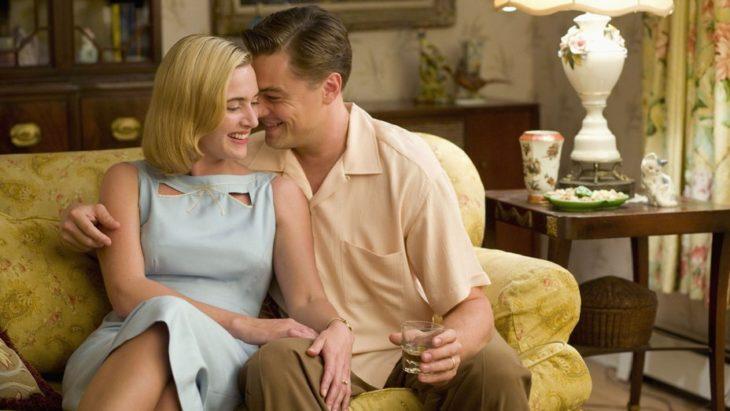 Leonardo DiCaprio abrazado a una mujer, escena de la película Revolutionary Road