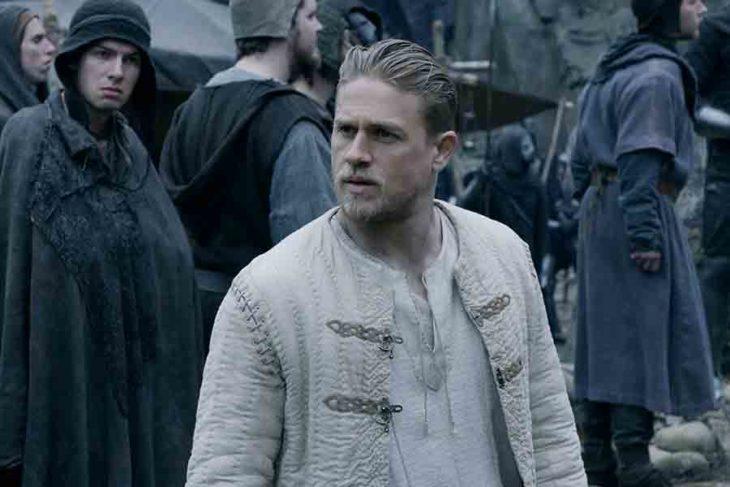 Hombre vestido como vikingo, escena de la película Rey Arturo: La leyenda de Excalibur