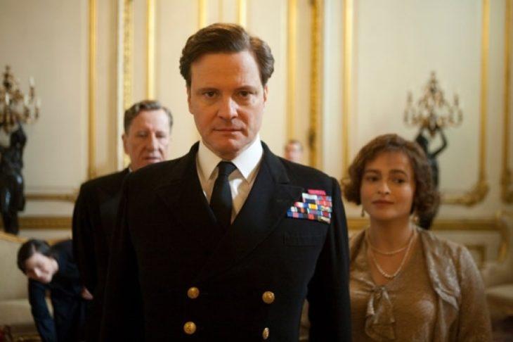 Hombre vestido con traje militar azul marino, escena de la película El discurso del Rey