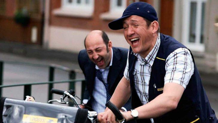 Hombres jugando en bicicletas, escena de la película Bienvenidos al norte