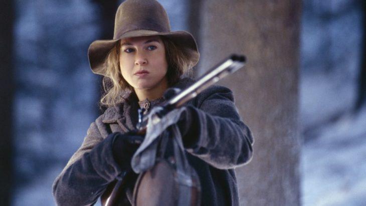 Mujer sosteniendo un file en medio de la nieve, escena de la película, Cold Mountain, HBO