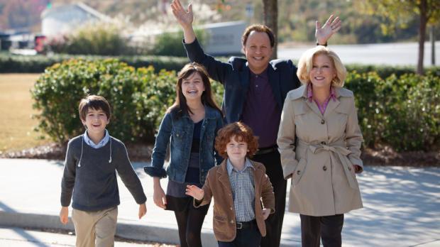 Par de abuelos de paseo con sus nietos, escena de la película Abuelos al poder, HBO