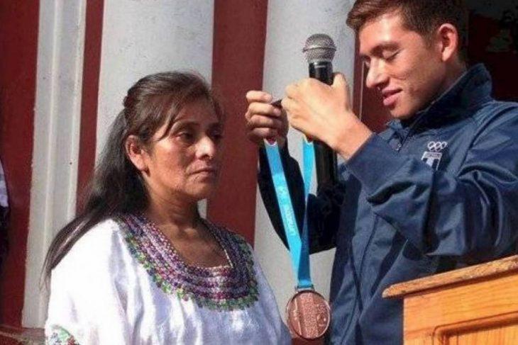 Alejandro Barrondo entrega a su madre la medalla de bronce que ganó en los Panamericanos
