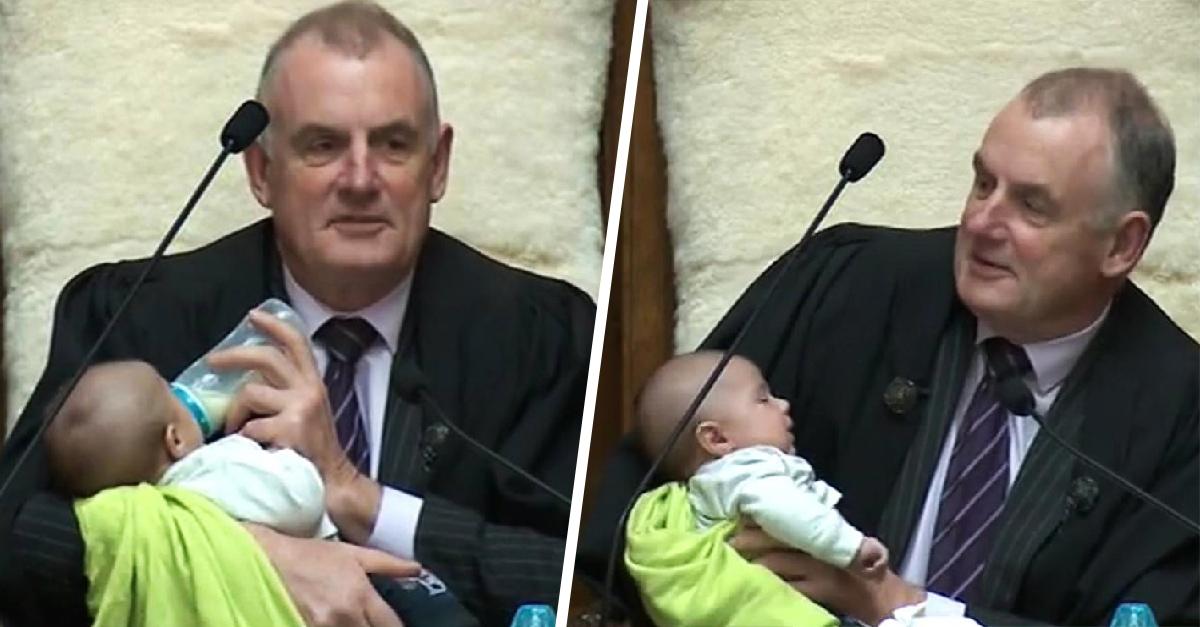 Presidente del parlamento de Nueva Zelanda cuida al bebé de un diputado