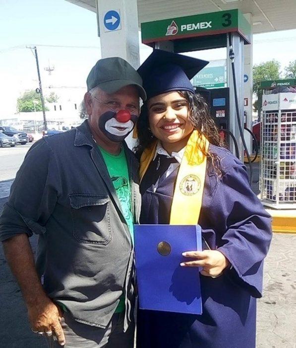 Raymundin y su hija consuelo con toga, birrete y diploma